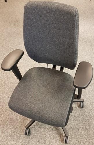Bureaustoel Be Brave 250 met innovatieve stuituitsparing,  zwart / zwartgrijze blazer stof